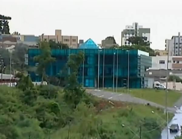 Banheiro transparente vira atração em prédio do Paraná