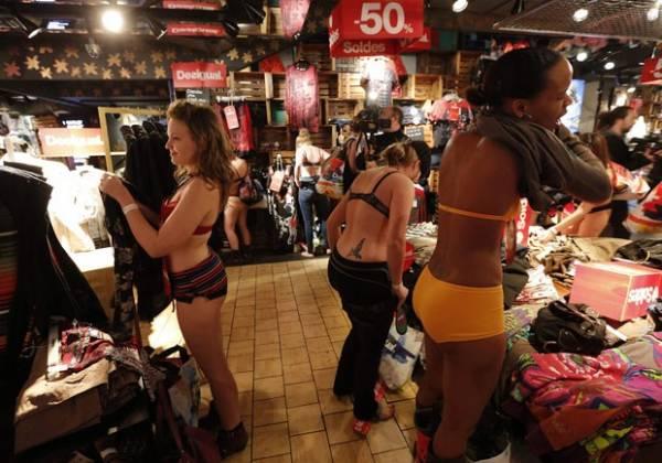 Clientes usam roupa íntima para aproveitar promoção na França