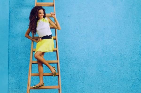 Lucy Ramos posa com looks neon, tendência para o verão