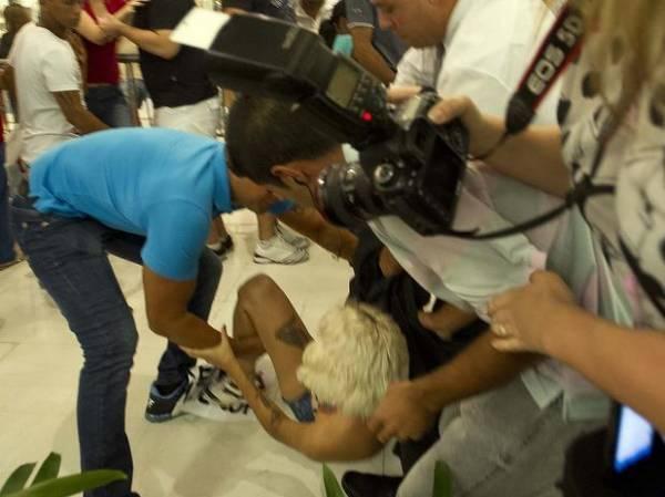 Representantes do Femen fazem protesto contra Casa de Vidro do BBB