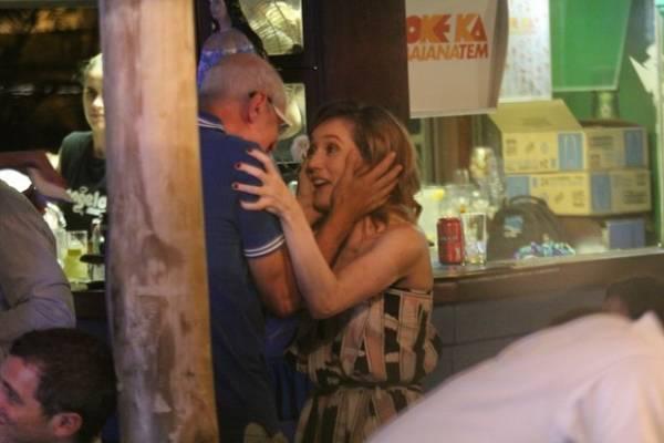 Ui! Camila Morgado troca beijos quentes com namorado no Rio