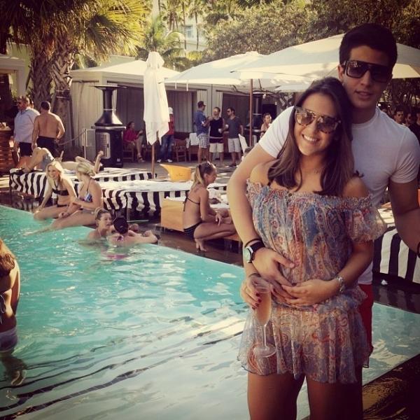Enzo Celulari posta foto agarradinho com affair: ?Vai deixar saudades?