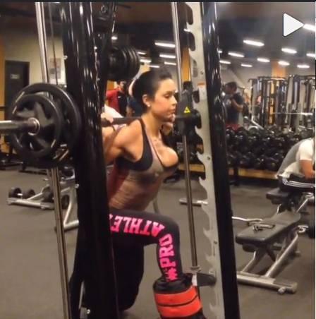 Gracyanne Barbosa mostra exercício para o bumbum e quase é traída pelo decote
