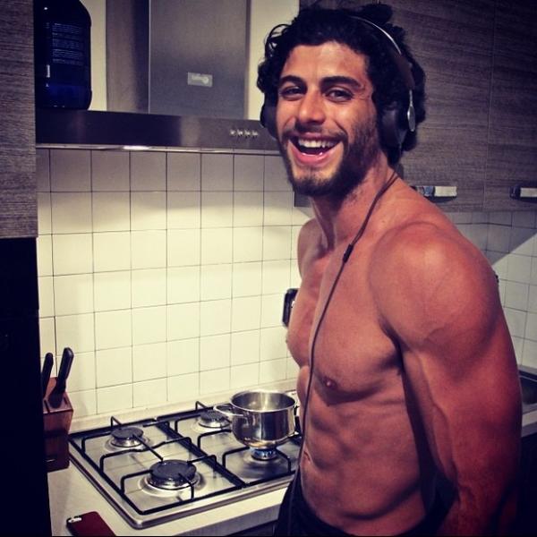 Jesus Luz exibe veias e músculos enquanto cozinha sem camisa