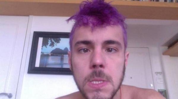 Namorado novinho de Maria Paula radicaliza e pinta cabelo de roxo