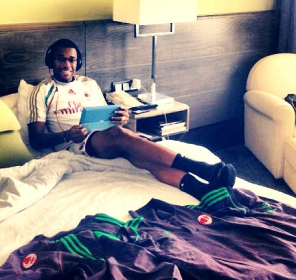 Robinho relaxa escutando música antes de jogo do Milan contra o Ajax