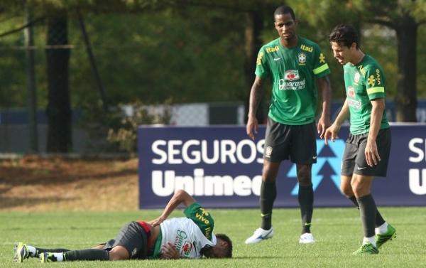 Atingido por Hernanes, Neymar deixa treino e é dúvida para amistoso