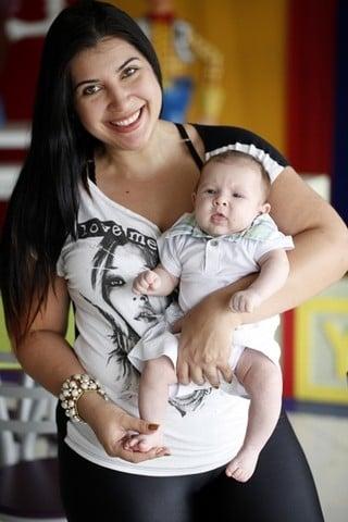 Priscila Pires posa com a família e festeja:
