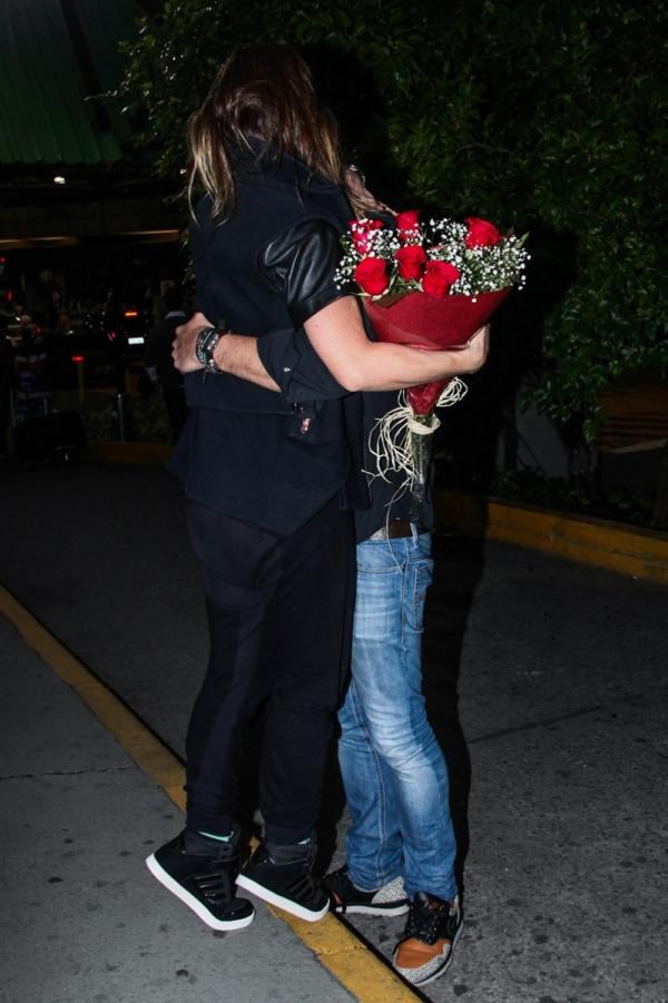 Sabrina Sato recebe surpresa do namorado ao desembarcar no Brasil