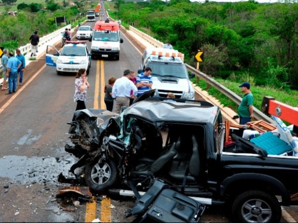 Colisão entre caminhonetes deixa dois mortos em rodovia