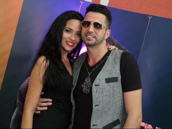 De barriga de fora e batom preto, Rayanne Morais vai a show de Latino