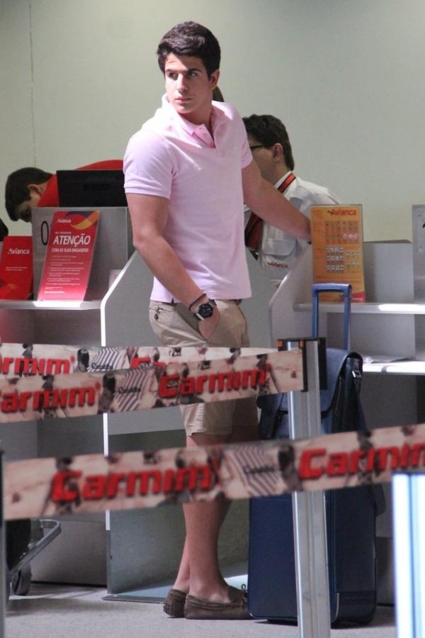 Estilosos, Enzo Celulari e Antônia Morais são clicados em aeroporto