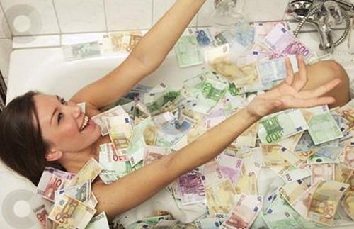 Foto de uma jovem coberta de dinheiro em banheira causa fúria nas Filipinas