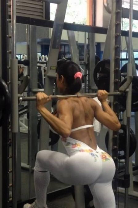 Gracyanne Barbosa vai à academia com macacão branco e deixa dúvida no ar: sem calcinha?