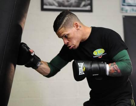 Homossexual assumido, boxeador Orlando Cruz vai brigar pelo cinturão com as cores do movimento gay no calção