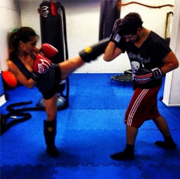 João Vicente de Castro leva chute de Sabrina Sato em aula de luta