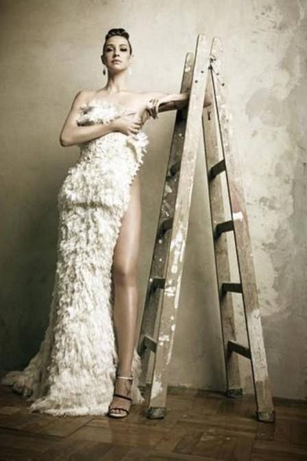 Luana Piovani posa completamente nua, mas esconde corpo com vestido na mão