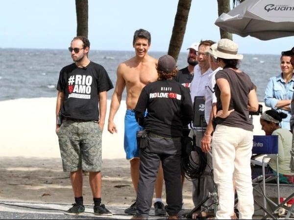 Márcio Garcia filma sem camisa na orla de Copacabana