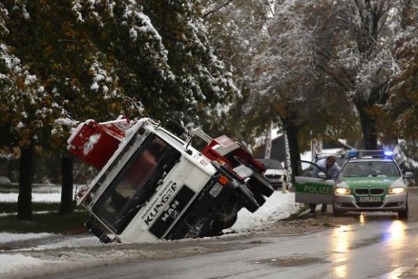 Motorista não vê vala coberta de neve e entala caminhão na Alemanha