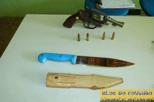 Policia Militar prende homem por porte ilegal de arma