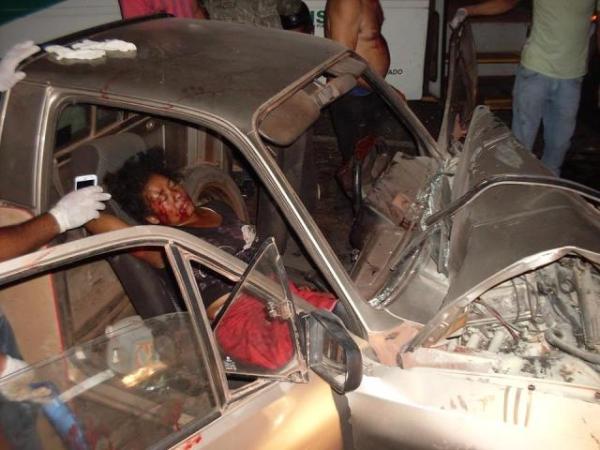 Van que vinha para Teresina colide na BR-343 e mulher fica presa as ferragens de veículo