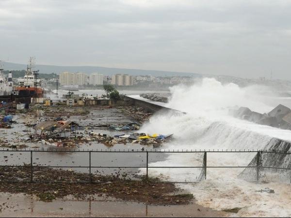 Chegada de ciclone no litoral da Índia impressiona e deixa 400 mil fora de casa