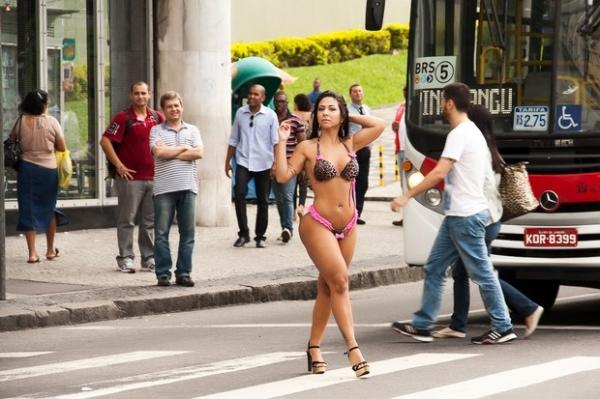 De biquíni, Miss Bumbum RJ chama atenção dos homens em ensaio na rua