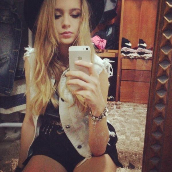 De shortinho, filha de Fernando Scherer posa em frente ao espelho e ganha elogios
