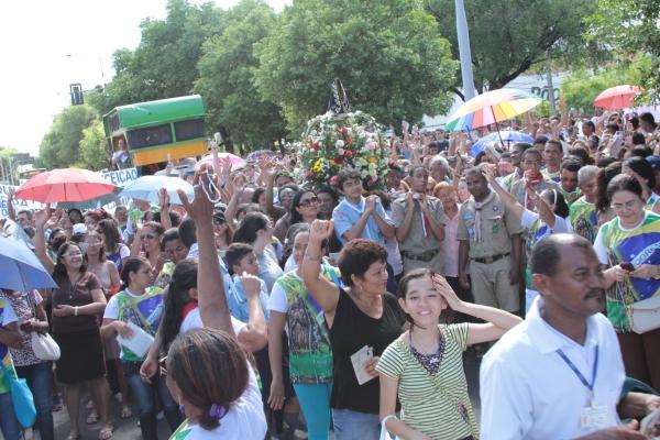 Festa da Mãe de Deus reúne fiéis que seguiram em procissão no feriado em Teresina