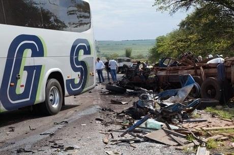 Grave acidente deixa 3 mortos e 10 feridos no interior de SP