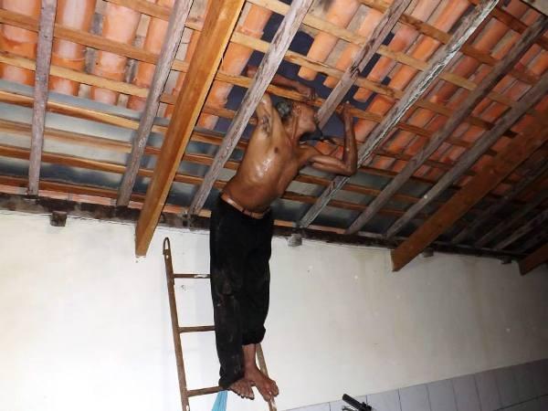 Ladrão atrapalhado fica preso em teto de casa e é resgatado pela polícia