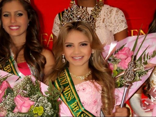 Mini Miss Brasil adotada por gay revê traficantes avós no Dia das Crianças