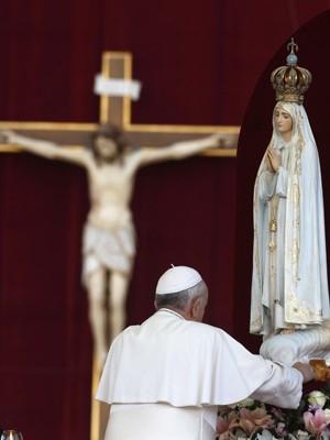 Papa recebe imagem de Nossa Senhora de Fátima no Vaticano