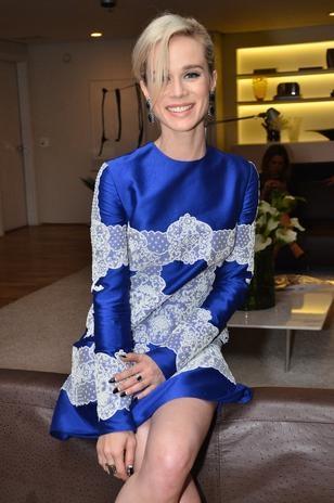 Com renda, Mariana Ximenes vai à festa de revista de moda