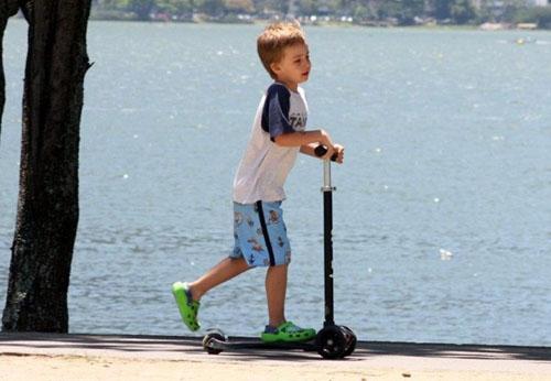 Fernanda Torres se diverte com o seu filho na Lagoa Rodrigo de Freitas