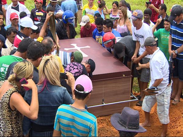 Homem de 350 kg é sepultado com ajuda de um trator no interior do Estado de Sergipe