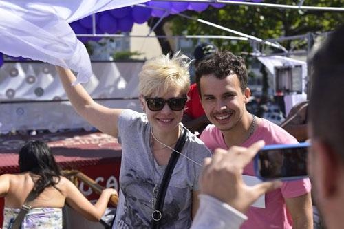 Leandra Leal, Pepê e Neném prestigiam Parada Gay no RJ