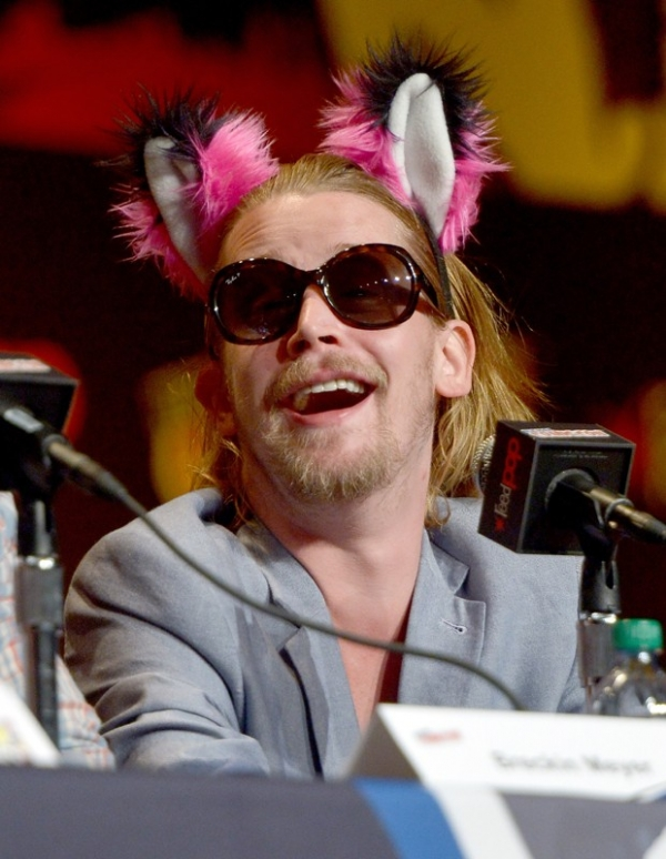 Macaulay Culkin surge de unhas pintadas e orelhinhas de pelúcia em evento