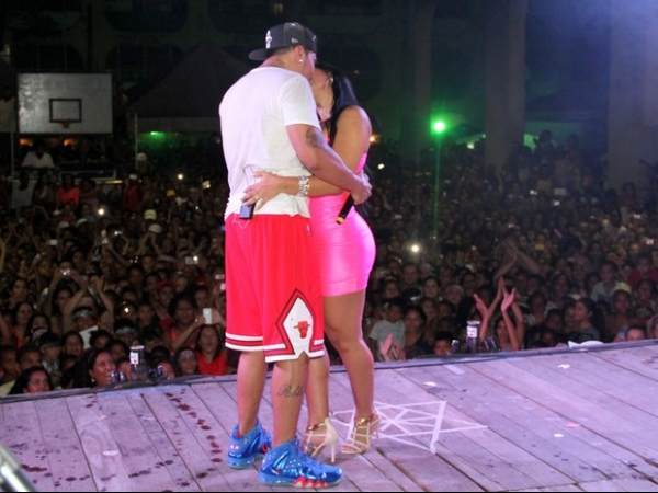 Moranguinho sobe ao palco em show de Naldo e trocam beijos no Rio