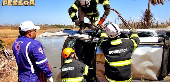 Acidente grave na estrada da Pedra do Sal: carro capota 3 vezes