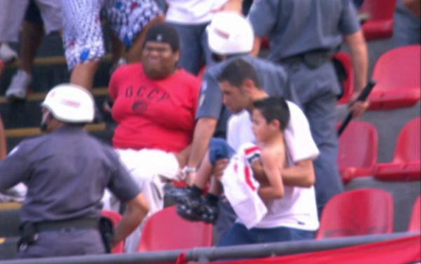 Briga emestádio em São Paulo põe criança na mira de cacetete