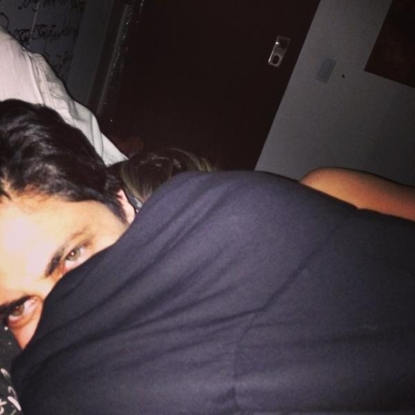Com insônia, Thammy Miranda posa com a namorada na cama