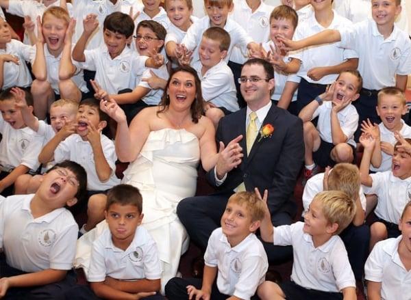 Diretora se casa em escola nos EUA e convida 57 alunos como padrinhos