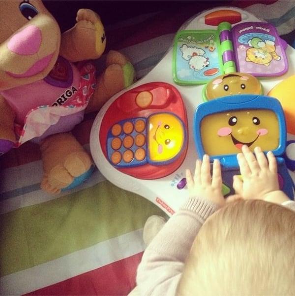 Sheila Mello publica foto da filha brincando