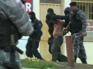 Após 14 horas, polícia prende homem que manteve filha refém