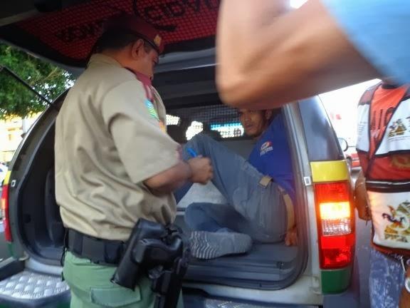 Motorista sem habilitação colhe ciclista e termina no camburão da policia
