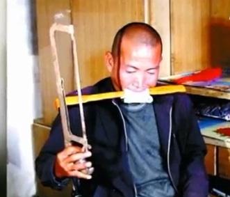 Sem dinheiro para cirurgia, chinês amputa sozinho a perna direita