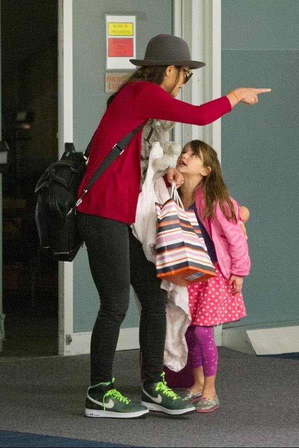 Suri Cruise faz malcriação e leva bronca da mãe, Katie, em aeroporto