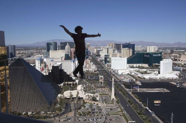 Equilibrista anda 110 metros em corda bamba no 63º andar de cassino