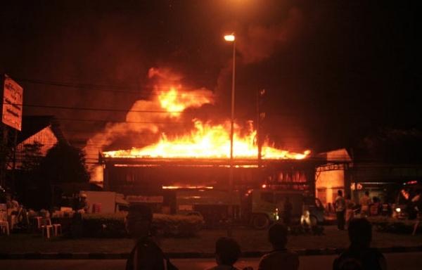 Incêndio destrói  shopping em cidade  turística da Tailândia